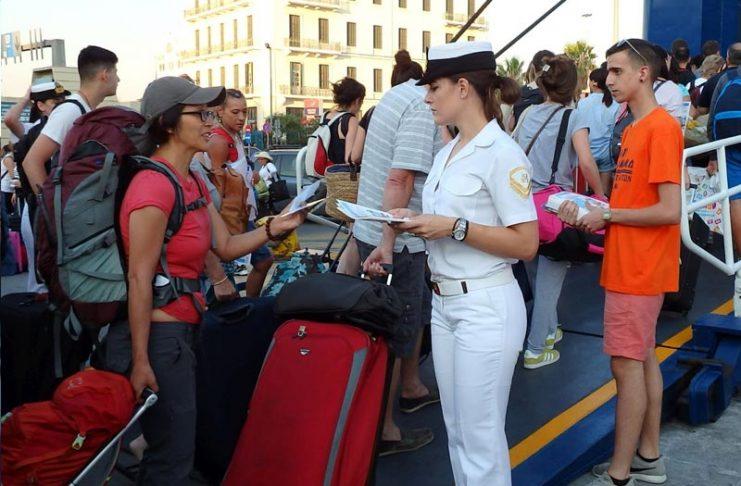 Λιμενικό και ΕΚΕ ενημερώνουν τους επιβάτες στον Πειραιά για ομαλή μετακίνηση