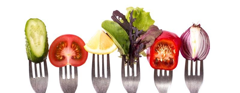 Οι vegans είναι αυστηρά χορτοφάγοι, ενώ η αποστροφή τους προς τα ζωικά προϊόντα δεν είναι απλά μια διατροφική επιλογή, αλλά μια ολοκληρωμένη στάση ζωής με ηθικές και θρησκευτικές προεκτάσεις.