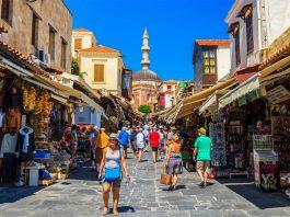 Μετρημένα έξοδα οι Βρετανοί τουρίστες στις διακοπές