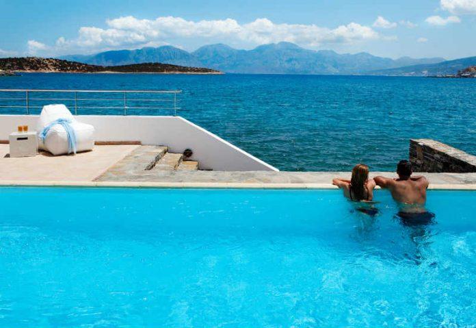 Το Forbes ξεχωρίζει 5 ελληνικά ξενοδοχεία για φθινοπωρινές διακοπές
